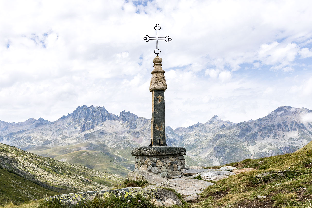 The iron cross that gives the alpine pass its name.